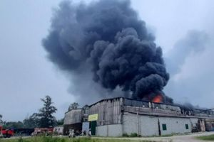Cháy dữ dội tại kho sơn giữa TP Vinh, huy động lực lượng quân đội trợ giúp