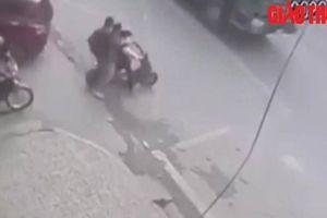Ba nam sinh đi trên xe đạp điện tông thẳng vào xe tải