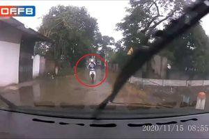 Clip: Phóng nhanh trong khi đường nhỏ, nam thanh niên 'trả giá đắt' lao thẳng vào đầu ô tô