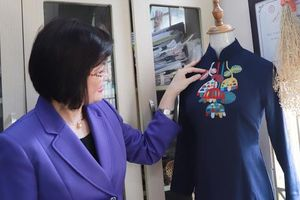 Nhóm Phụ nữ Cộng đồng ASEAN tại Hà Nội thăm và trao quà cho thành viên Hợp tác xã Vụn Art