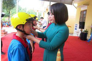 Trao tặng 1.100 mũ bảo hiểm cho 3 trường tiểu học