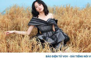 Người mẫu khuyết tay Hà Phương như 'thiên thần' giữa cánh đồng lúa