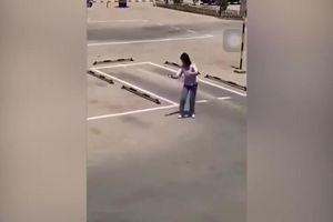 Bật cười xem cô gái học lái ô tô bằng... tay không