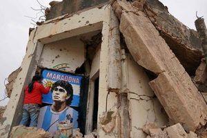 Xúc động bức họa tưởng nhớ Maradona trên nền căn nhà đổ nát giữa vùng chiến sự