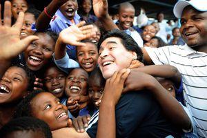 Sự nghiệp lẫy lừng và đời tư tranh cãi của Diego Maradona