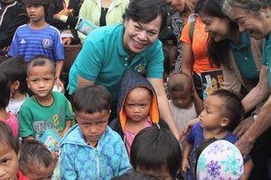 Phu nhân nguyên Chủ tịch nước Trương Tấn Sang tặng quà cho người dân biên giới Việt - Lào