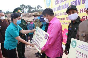 Quảng Trị: Tặng quà cho người dân hai bên biên giới Việt Nam - Lào bị ảnh hưởng bởi bão lũ