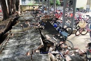 Sập tường rào 27m tại trường tiểu học, 14 xe đạp bị hư hỏng