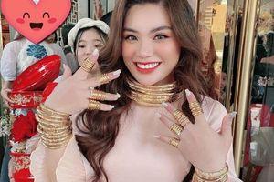 Dân mạng 'hoa mắt' trước cô dâu đeo vàng kín người ở Sài Gòn