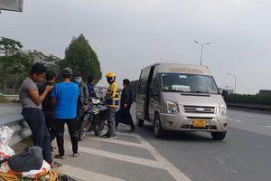 Hà Nội: Ngang nhiên lập 'bến cóc' chặn lối lên cầu Thanh Trì, bịt đường vào cao tốc