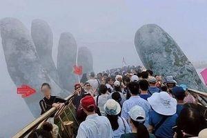 Bất chấp quy định, nữ du khách trèo vào bàn tay trên Cầu Vàng