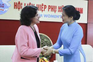 Chủ tịch Hội LHPN Việt Nam trao tặng kỷ niệm chương cho Đại sứ Cuba tại Việt Nam