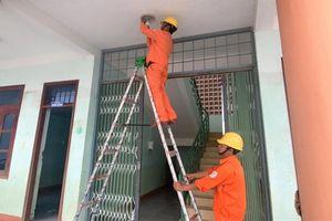 PC Quảng Bình: Hỗ trợ sửa chữa, thay thế hệ thống điện tại các trường học và trạm y tế vùng lũ