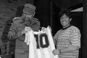 Fidel Castro đã cứu rỗi cuộc đời chìm trong ma túy của huyền thoại Diego Maradona như thế nào?