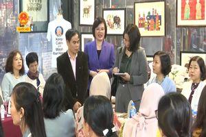 NHÓM PHỤ NỮ CỘNG ĐỒNG ASEAN TẠI HÀ NỘI THĂM HỢP TÁC XÃ VỤN ART