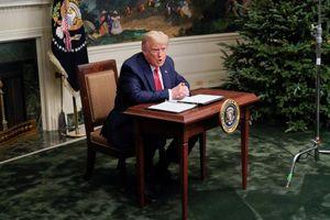 Chiếc bàn họp báo của Tổng thống Trump gây chú ý