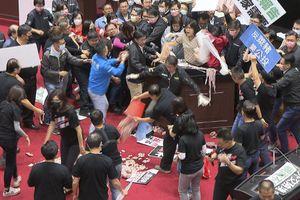Nhà lập pháp Đài Loan ném ruột lợn giữa nghị trường