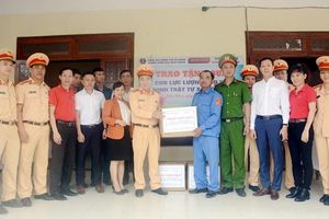 Tặng 400 áo ấm cho lực lượng đảm bảo ANTT xã Hòa Nhơn