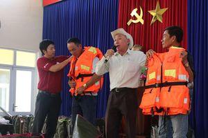 Tặng 500 áo phao sinh tồn cho ngư dân nghèo tỉnh Quảng Nam