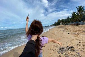 'Follow me' xưa rồi, giới trẻ thích thú 'nắm tóc đi khắp nơi'
