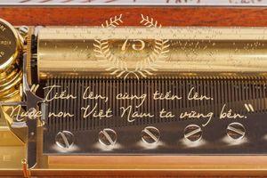 Quốc ca Việt Nam xuất hiện trên hộp nhạc Thụy Sĩ mạ vàng