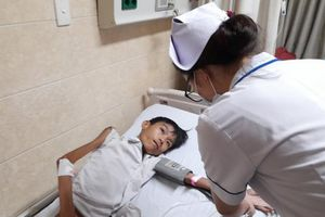 Chàng trai 31 tuổi chỉ nặng hơn 10 kg, hàng ngày theo mẹ bán bánh đa nuôi cha bại liệt