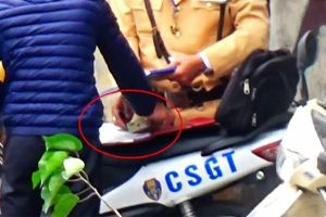 Hối lộ CSGT, nam thanh niên bị phạt 4 triệu đồng