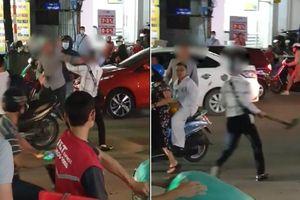 Clip: Sau va chạm, 2 người đàn ông mang mũ, xẻng ra đánh nhau giữa đường phố khiến dân tình ngao ngán