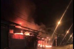Căn nhà 2 tầng bốc cháy dữ dội trong đêm, 4 người tháo chạy bằng cửa sau