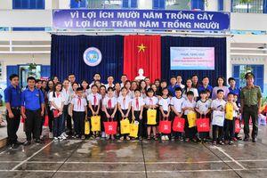 Trao 40 phần quà cho học sinh vượt khó Trường Tiểu học Vĩnh Nguyên 1