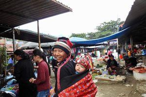 Cùng đồng bào ở chợ phiên Yên Minh