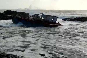 Quảng Ngãi: Cứu 3 ngư dân bị sóng đánh chìm trong đêm
