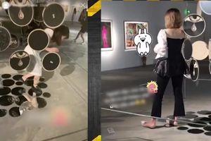 Báo động hành vi xâm hại tác phẩm nghệ thuật để 'sống ảo' của giới trẻ