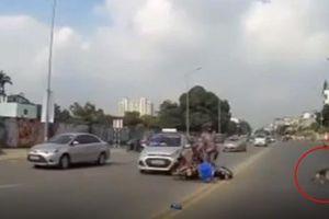 Xe máy nằm 'ngửa bụng' sau va chạm với taxi, người đàn ông cuống cuồng chạy theo chó cưng để bạn gái nằm dưới đường gây xôn xao