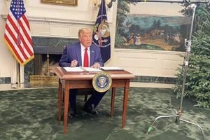 Tổng thống Trump gặp chuyện oái oăm: Họp báo ở Nhà Trắng mà ai cũng chỉ chú ý đến cái bàn