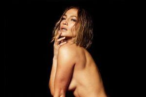 Jennifer Lopez chụp ảnh khỏa thân ở tuổi 51