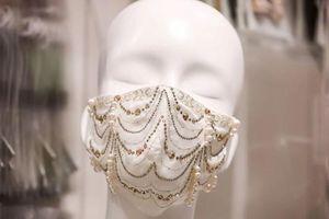 Khẩu trang đính kim cương, ngọc trai có giá 9.600 USD