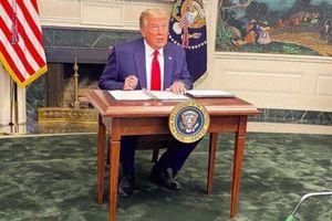 Ông Trump bị cười nhạo vì dùng chiếc bàn tí hon