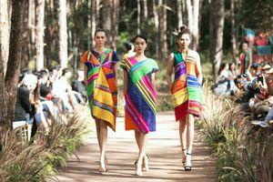 Trương Thị May, Hoàng Thùy làm vedette, catwalk giữa núi rừng Đắk Nông