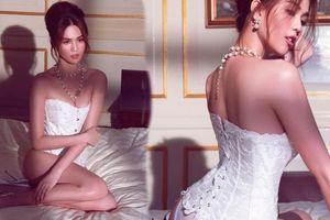 Ngọc Trinh diện áo corset cổ điển tôn lên đường cong của ngực và hông như hình chữ S