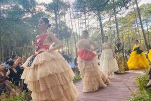 Thổ cẩm thăng hoa trong Fashion show 'Hương rừng sắc núi'