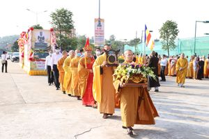 Rước tượng Ngọc Phật Thích Ca nặng 3,8 tấn về chùa Quỳnh Lâm (Đông Triều)