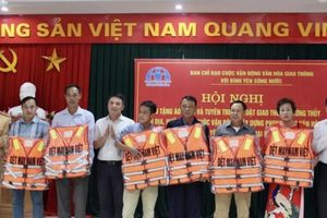 Hải Phòng trao tặng áo phao cho 6 mô hình đường thủy 'Văn hóa - an toàn'