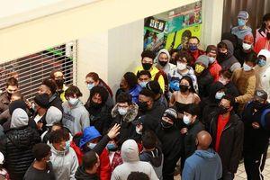 Bất chấp COVID-19, người Mỹ vẫn xếp hàng dài mua đồ Black Friday