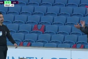 HLV Liverpool vỗ tay mỉa mai trọng tài sau quả phạt đền tranh cãi