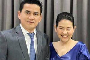 HLV Kiatisuk 'nịnh vợ' bằng bài hát ngọt ngào trước ngày sang Việt Nam làm việc