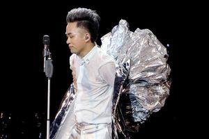 Tùng Dương cởi bỏ chiếc áo choàng kỳ dị trên sân khấu