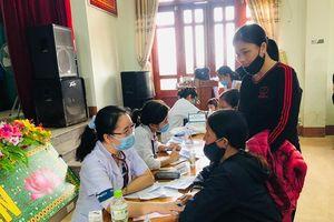Bác sĩ Hà Nội vượt đường xa đến khám, cấp thuốc miễn phí cho bà con vùng lũ