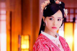 Mỹ nhân phim cổ trang Trung Quốc mặc váy ngắn bị chụp lén đôi chân gầy gò