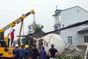 Lâm Đồng: Kinh hoàng xe bồn chở gas lao thẳng vào 3 ngôi nhà ven đường lúc rạng sáng